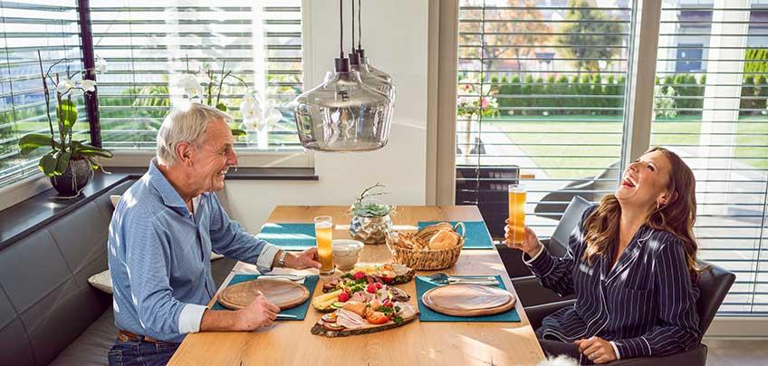 Bayerwald Sonnenschutz: Laura und Jörg Wontorra genießen die gemeinsameBrotzeit